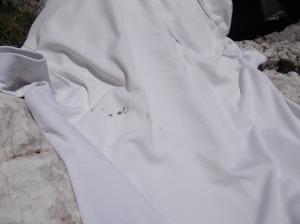 Alcuni sassi caduti hanno forato la maglietta di Nicola lasciata sul masso alla base della parete