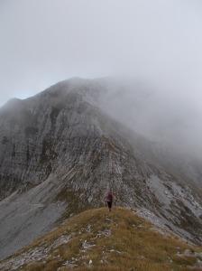 Salendo l'ampia cresta verso il Cornor, dietro il Castelat