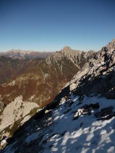 A destra e a sinistra fra roccia marciotta e neve