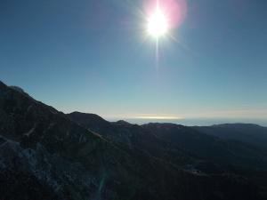 Scendendo verso valle, il sole si specchia nell'Adriatico