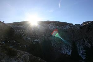 Il sole fa capolino dietro il monte Campedelle