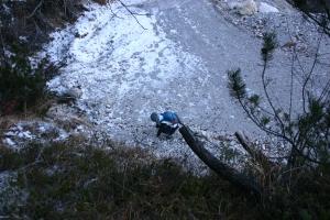 Valentina costruisce un ometto dove il sentiero è stato tagliato dalla nuova strada