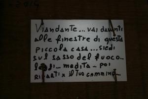 La scritta sulla porta della casetta. Vi incuriosisce?