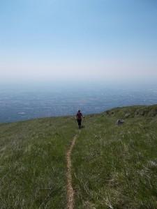 Valentina sale lungo i verdi pendii che regalano un magnifico panorama verso la pianura