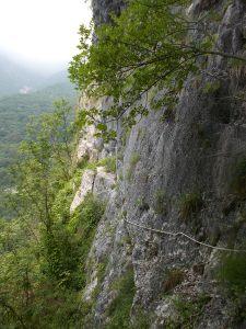 La corda fissa vista dalla grotta. In fondo, oltre lo spigolo, si nasconde l'ultimo tiro