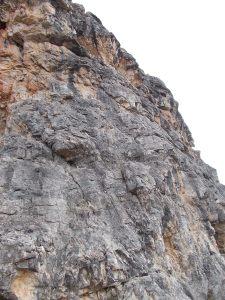 Primi metri della via delle Guide alla cima Ovest della torre Grande