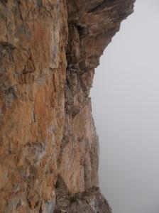 Roccia, verticalità e nubi