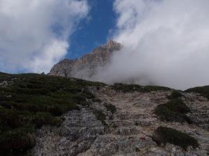 La cima Ovest fa capolino fra le nuvole durante il rientro