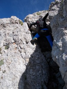 Marco sale uno dei passaggi della cresta