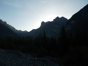 Il sole si nasconde ancora dietro i profili dei monti