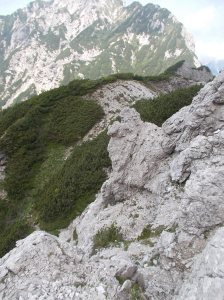 Verso il Sciol de Mont, tratto ripido e dalla roccia poco sana