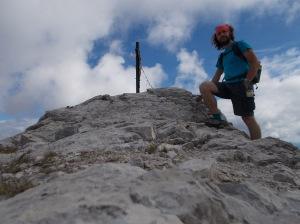 """In cima al Pramaggiore (con la bottiglia di plastica """"dimenticata"""" da qualcuno), 2478 metri slm"""