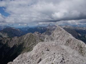 La cresta del Pramaggiore e, più in là, cima dei Preti e Duranno