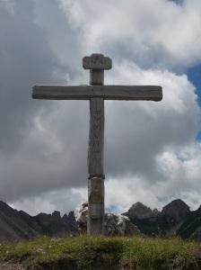 La croce posta sul passo