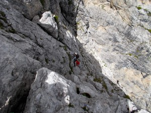 Iso e Lucia lungo la bella roccia della rampa