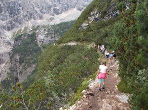 Un po' di gente lungo il sentiero