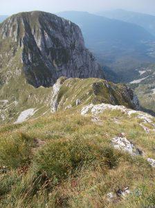 La discesa per la normale che corre lungo la cresta Ovest