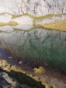 Il bel lago rispecchia la parete