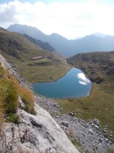 La conca del lago di Avostanis con la casera alta di Pramosio