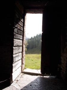 Dall'interno della casera La Vareta