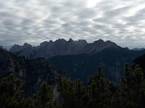 Panorama verso il Ferrara e le Postegae, mentre le nuvole cominciano a coprire l'azzurro