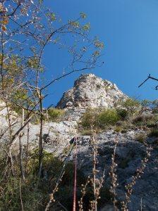 Salendo il primo tiro, ecco che fra gli alberi spicca il pilastro de La Grande