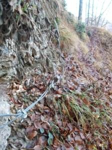 Rientrando, breve tratto di cavo dove il sentiero tende a franare