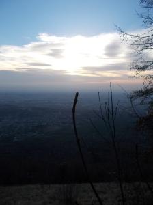 Vista verso la pianura mentre il sole deve ancora sbucare dalle basse nuvole