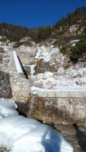 Il torrente in parte ghiacciato anche se al sole
